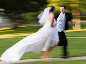 bride_and_groom_running